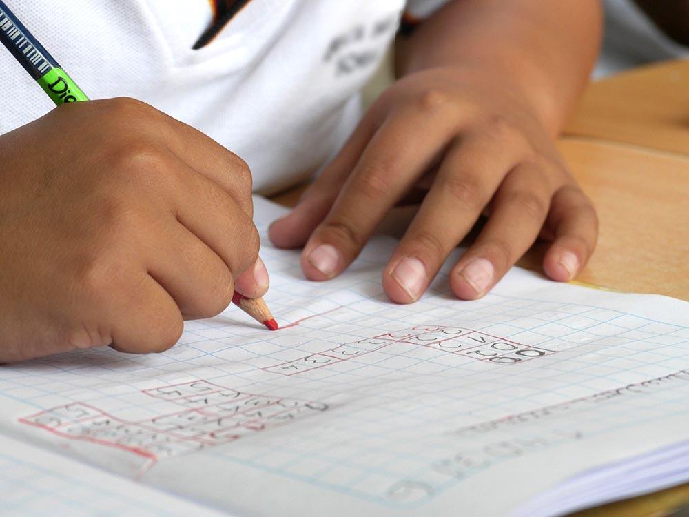 Discalculia - Bambino che fa i calcoli su un quaderno