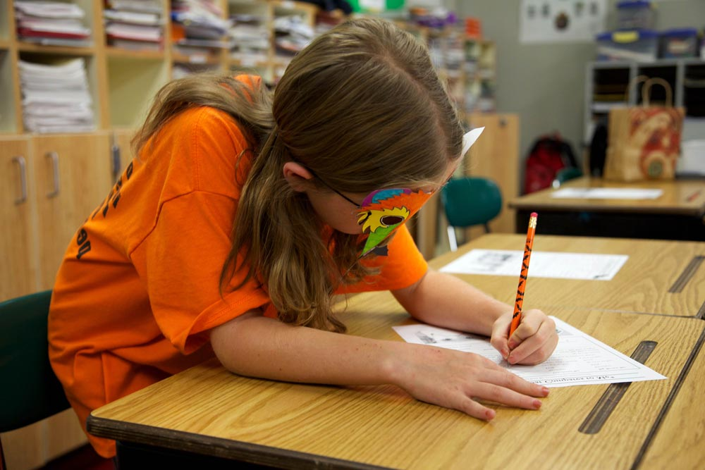 Disgrafia - Bambina che scrive su un quaderno
