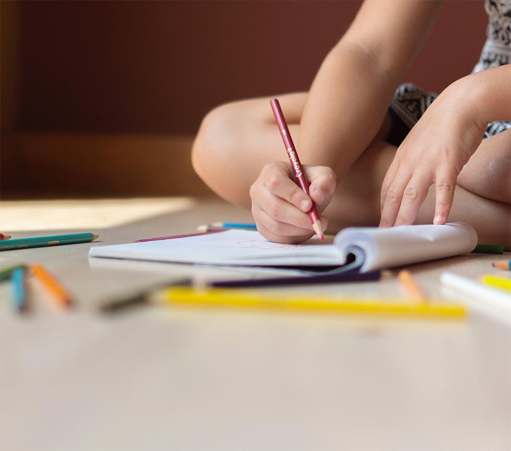 Dislessia - Bambino che scrive sun un quaderno