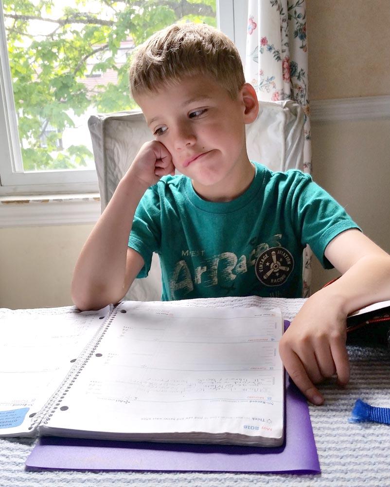 Disortografia - Bambino triste davanti a un quaderno