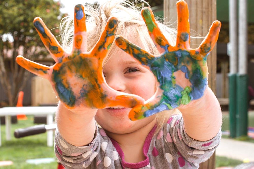 indennita di frequenza - Bambina che gioca con i colori