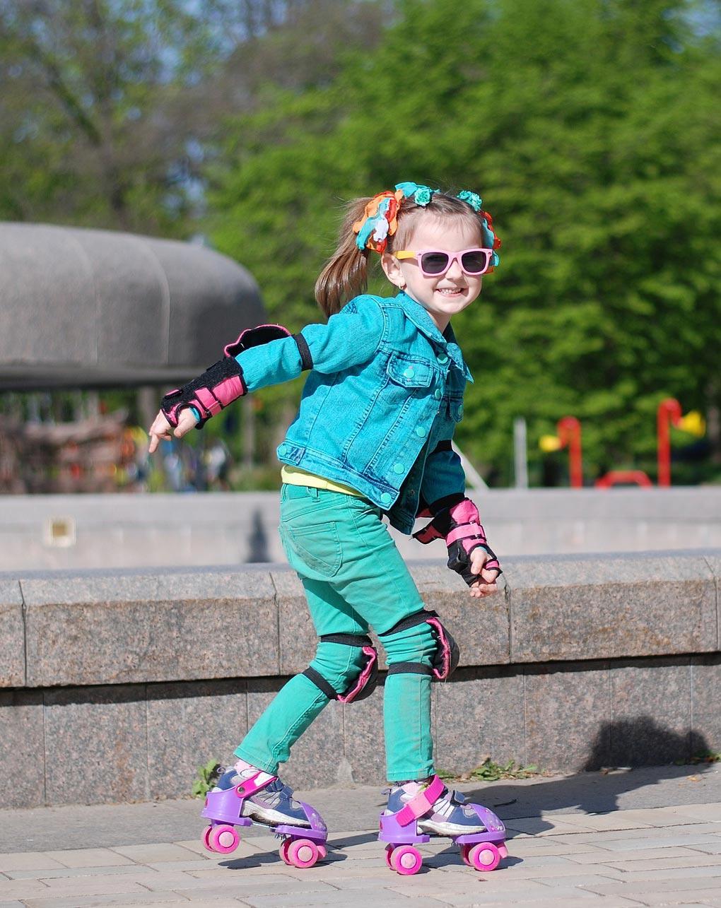 iperattivita - Bambina sui pattini a rotelle